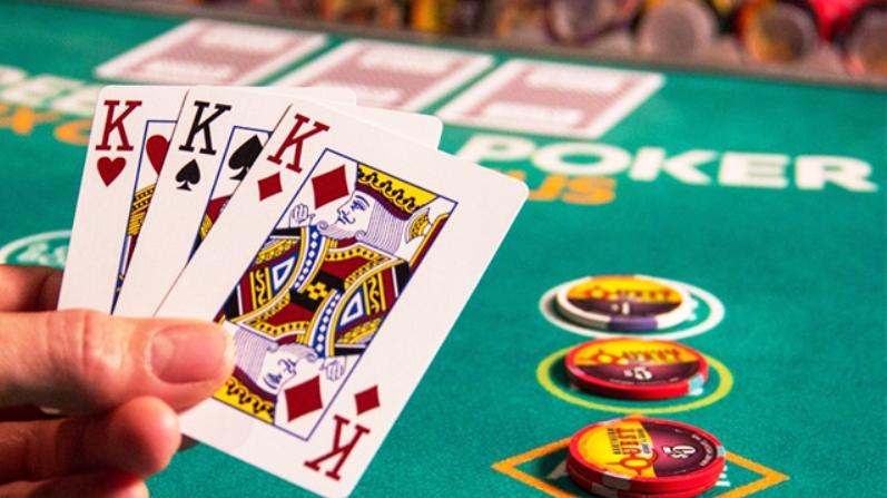 เหตุผลว่าเพราะเหตุไร Three-Card Poker  ก็เลยเป็นเกมบนโต๊ะที่ดีมากกว่าปลดปล่อยให้มันเล่น